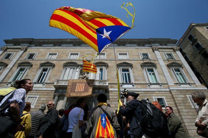 © Reuters. A man waves an