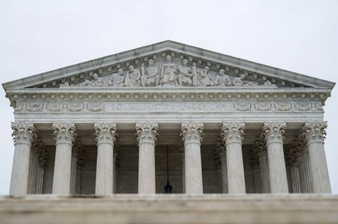 © Reuters. The U.S. Supreme Court is seen as the court nears the end of its term in Washington
