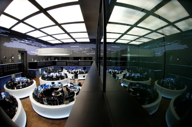© Reuters. Traders work at Frankfurt's stock exchange in Frankfurt