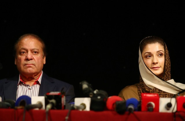 © Reuters. Ousted Prime Minister of Pakistan, Nawaz Sharif, appears with his daughter Maryam, at a news conference at a hotel in London