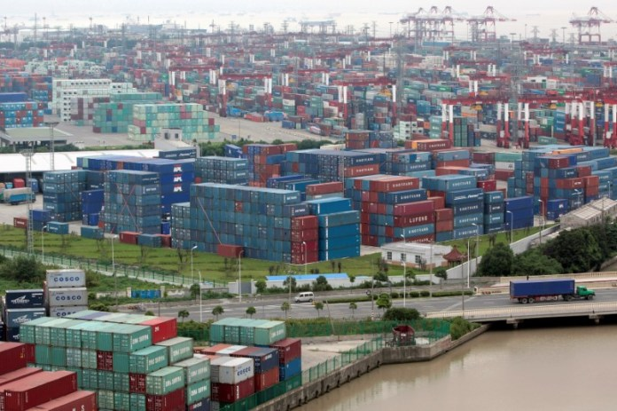 © Reuters. FILE PHOTO: A general view of a container port in Shanghai