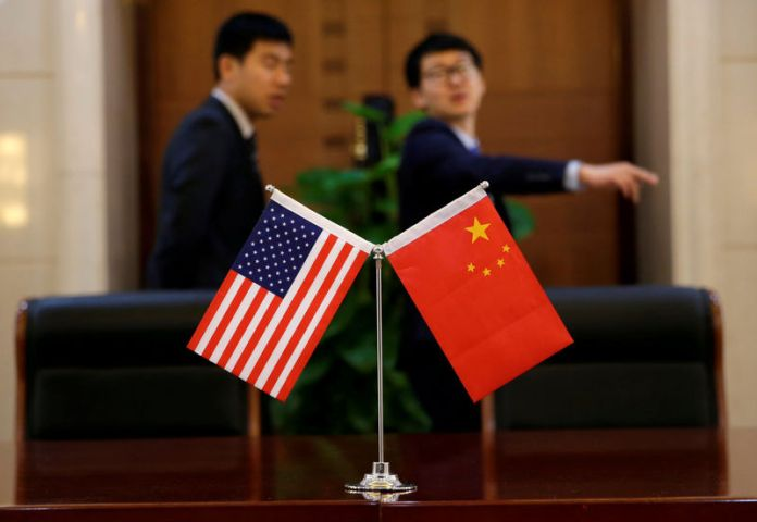 © Reuters. FILE PHOTO: Chinese and U.S. flags are set up for a signing ceremony during a visit by U.S. Secretary of Transportation Elaine Chao at China's Ministry of Transport in Beijing,
