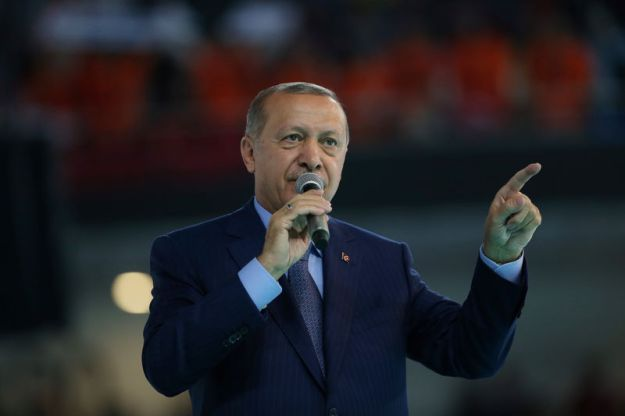 © Reuters. Turkish President Erdogan makes a speech during a meeting of his ruling AK Party in Ankara