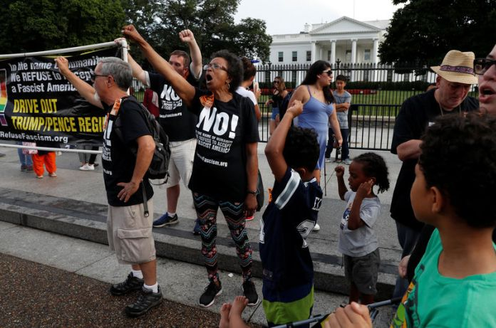 © Reuters. Counter-protesters chant outside the White House in Washington