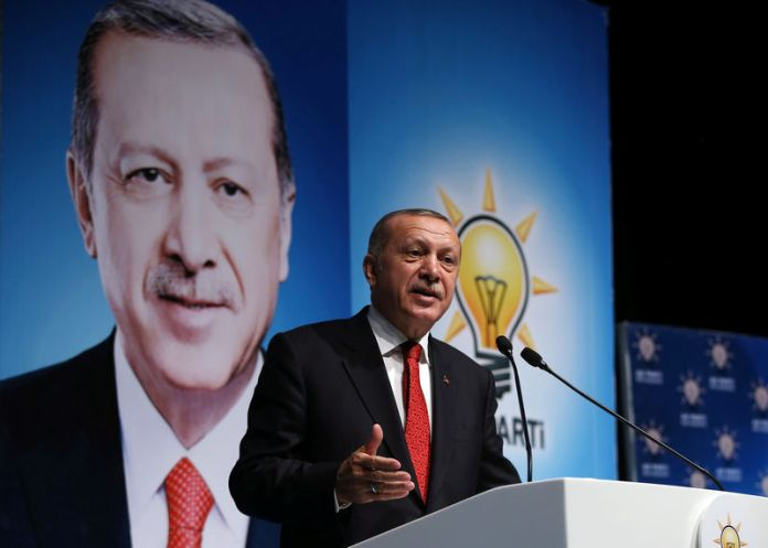 © Reuters. Turkish President Tayyip Erdogan addresses members of his ruling AK Party in Rize