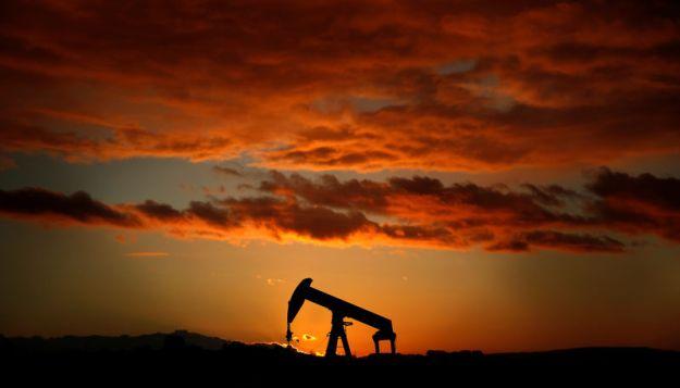© Reuters. A pumpjack is seen at sunset outside Scheibenhard, near Strasbourg
