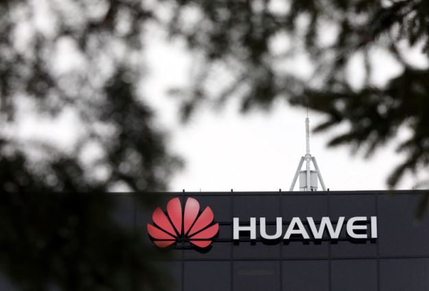 © Reuters. The Huawei logo is pictured outside their research facility in Ottawa