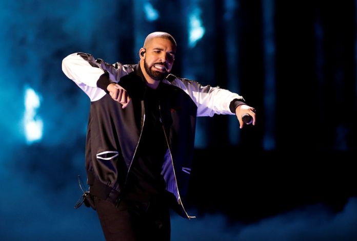 © Reuters. FILE PHOTO: Drake performs during the iHeartRadio Music Festival at The T-Mobile Arena in Las Vegas