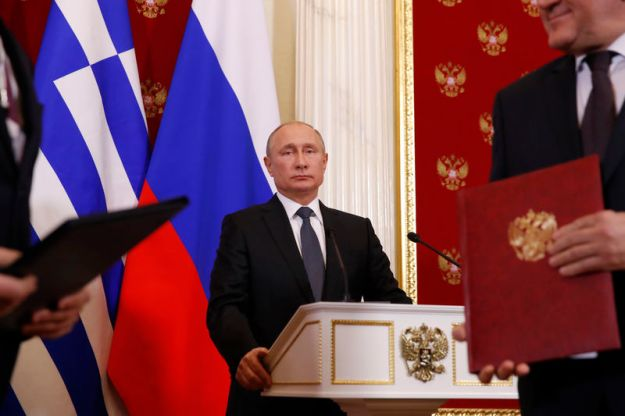 © Reuters. Russian President Putin looks on during news conference in Moscow