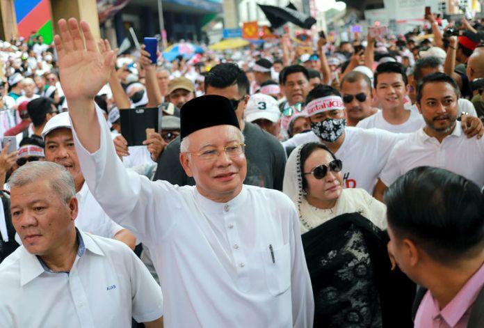 © Reuters. Former Malaysian Prime Minister Najib Razak and his wife Rosmah Mansor attend the Anti-ICERD mass rally in Kuala Lumpur