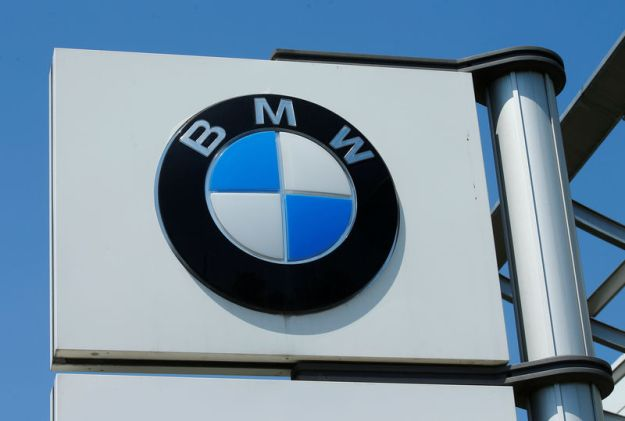 © Reuters. A BMW logo is seen at a car dealership in Vienna