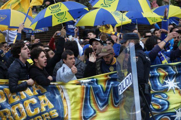© Reuters. Boca Juniors Fans ahead of the Copa Libertadores match between River Plate and Boca Juniors