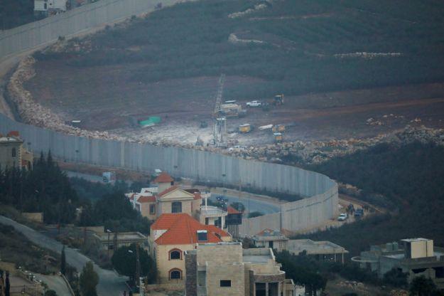 © Reuters. FILE PHOTO: Israeli drilling equipment is seen next to the border with Lebanon near Kfar Kila
