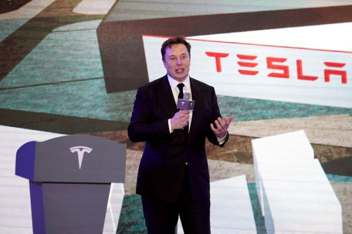 © Reuters. FILE PHOTO: Tesla Inc CEO Elon Musk speaks at an opening ceremony for the Tesla Model Y program in China in Shanghai