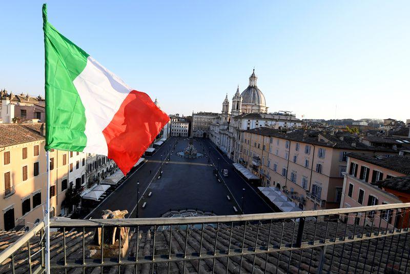 © Reuters. Una bandiera italiana davanti a Piazza Navona a Roma