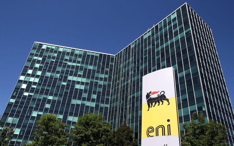 © Reuters. Il logo Eni davanti alla sede centrale a San Donato Milanese, vicino Milano