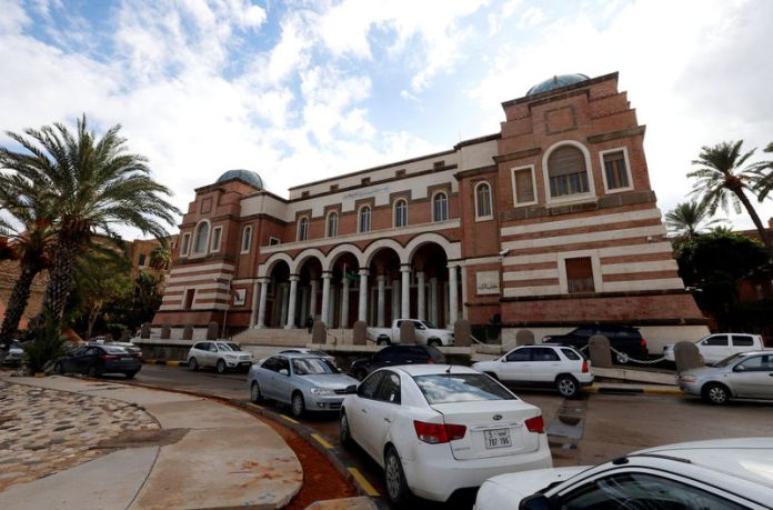 © Reuters. FILE PHOTO: Cars are parked outside the Central Bank of Libya in Tripoli