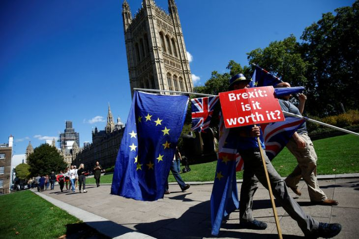 © Reuters. Pro-EU demonstrators protest outside parliament in Westminster London