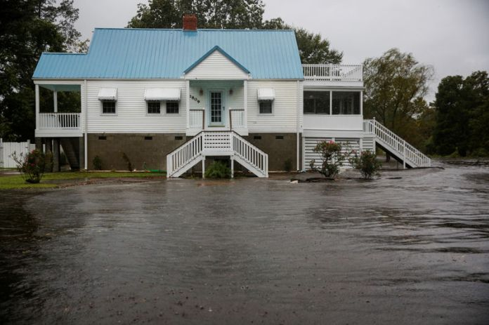 © Reuters. Water from Neuse River floods houses as Hurricane Florence comes ashore in New Bern