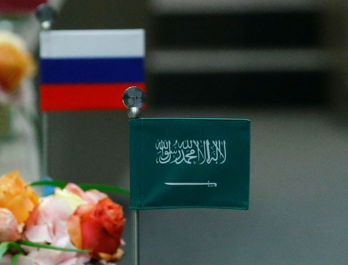 © Reuters. The national flags of Russia and Saudi Arabia are seen during an OPEC meeting in Vienna
