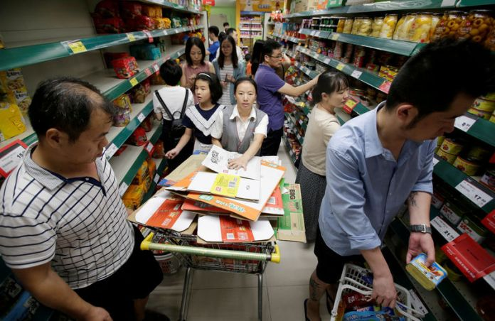 © Reuters. Customers shop for instant noodles and cans at a supermarket in preparation for Typhoon Mangkhut in Shenzhen