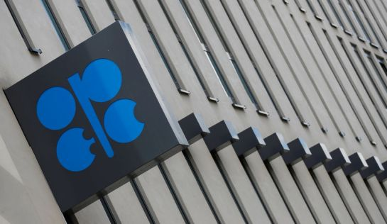© Reuters. FILE PHOTO: The OPEC logo is seen at OPEC's headquarters in Vienna