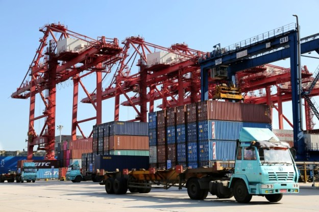 © Reuters. FILE PHOTO - Shipping containers are seen at a port in Lianyungang