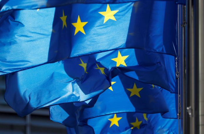 © Reuters. FILE PHOTO: EU flags are seen outside the EU Commission headquarters in Brussels
