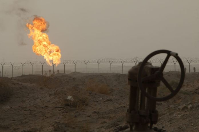 © Reuters. Flames emerge from a pipeline at the oil fields in Basra, southeast of Baghdad