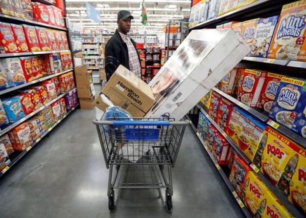 © Reuters. FILE PHOTO: A customer shops ahead of Thanksgiving holiday at a Walmart store in Chicago