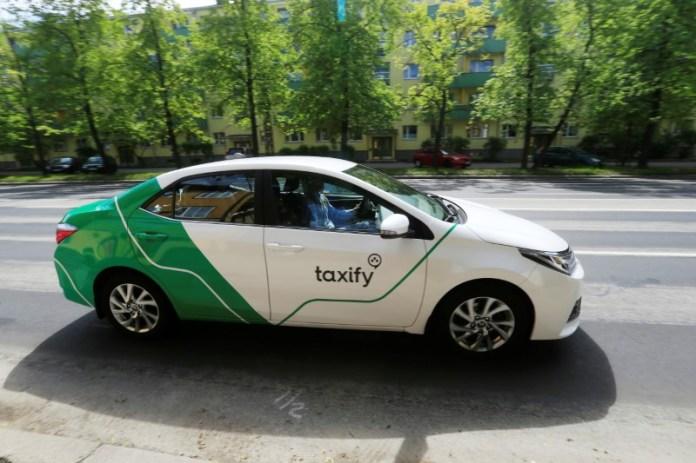 © Reuters. FILE PHOTO - A Taxify car drives in Tallinn