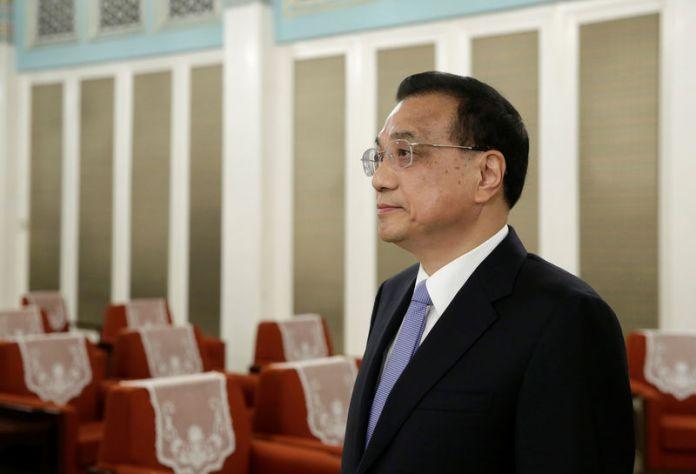 © Reuters. China's Premier Li Keqiang waits to meet Administrator of UNDP Achim Steiner in Beijing