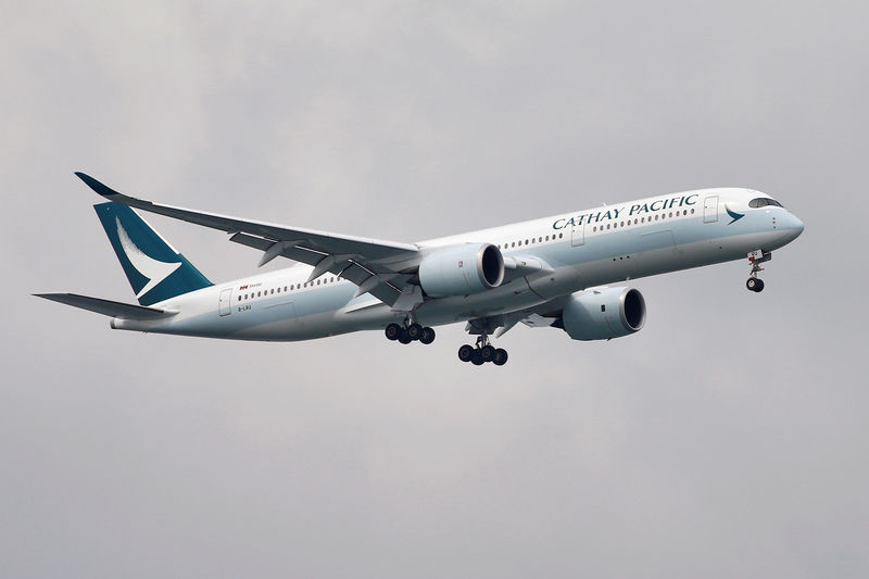 © Reuters. A Cathay Pacific Airways Airbus A350 airplane approaches to land at Changi International Airport in Singapore