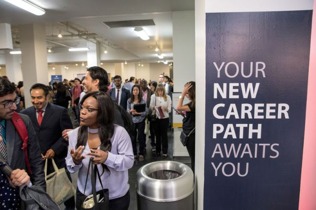 © Reuters. FILE PHOTO: Job seekers and recruiters gather at TechFair in Los Angeles