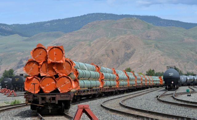 © Reuters. FILE PHOTO: Steel pipe to be used in the pipeline construction of Kinder Morgan Canada's Trans Mountain Expansion Project sit on rail cars at a stockpile site in Kamloops