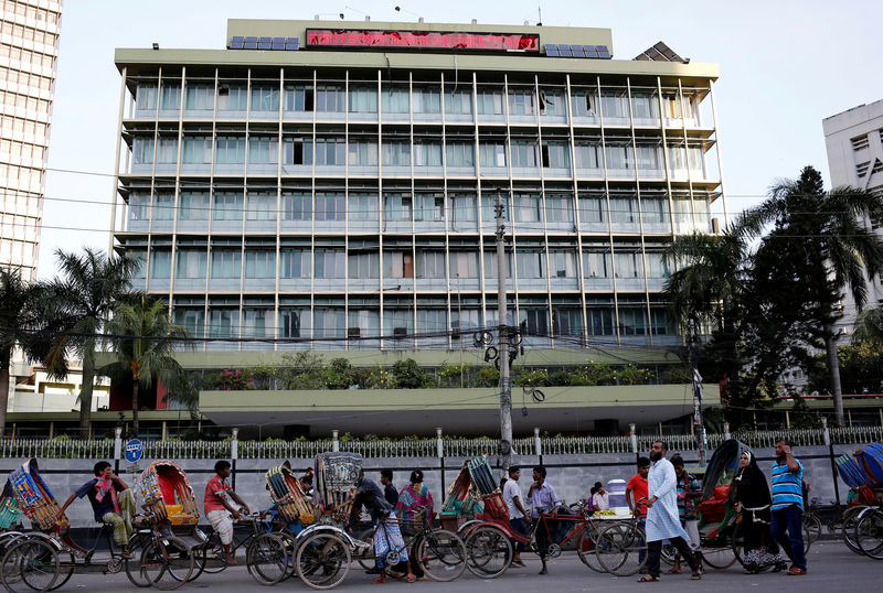 © Reuters. FILE PHOTO: Commuters walk in front of the Bangladesh central bank building in Dhaka