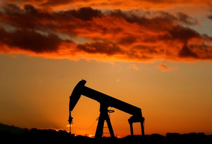 © Reuters. FILE PHOTO: A oil pump is seen at sunset outside Scheibenhard