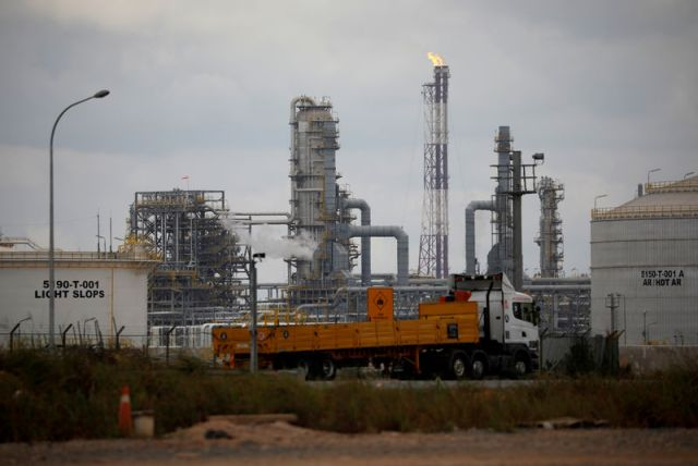 © Reuters. FILE PHOTO: The completed Refinery and Petrochemical Integrated Development (RAPID) oil refinery at Pengerang Integrated Petroleum Complex in Pengerang is seen flaring gas