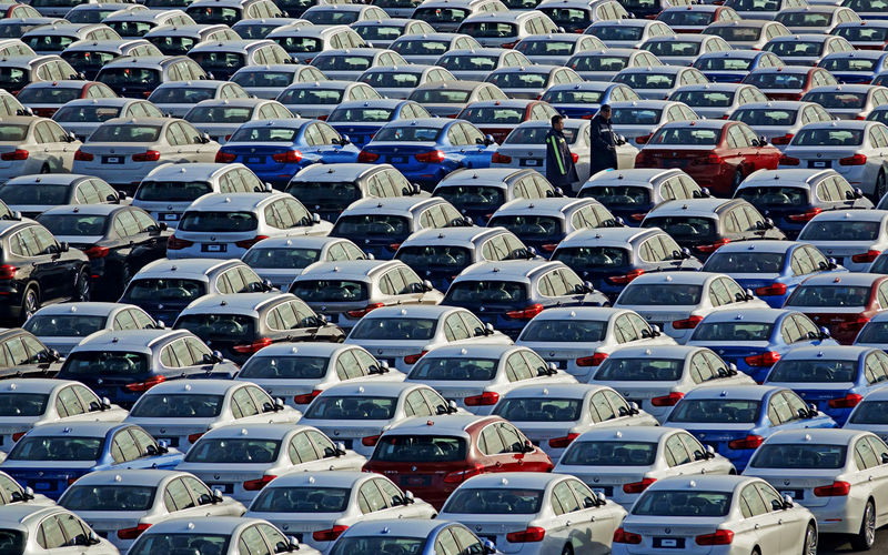 © Reuters. FILE PHOTO: BMW cars are seen at the automobile terminal in the port of Dalian