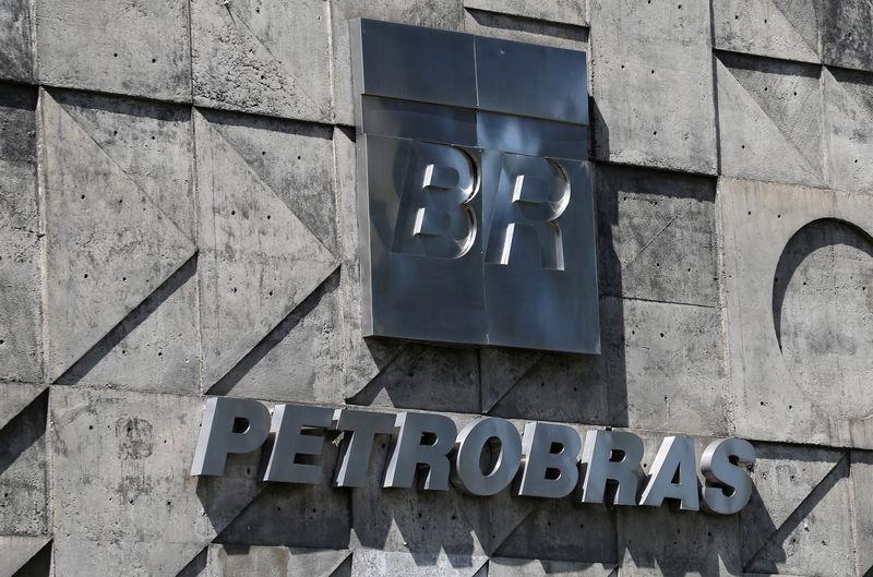 © Reuters. FILE PHOTO:  A logo of the Brazil's state-run Petrobras oil company is seen in Rio de Janeiro