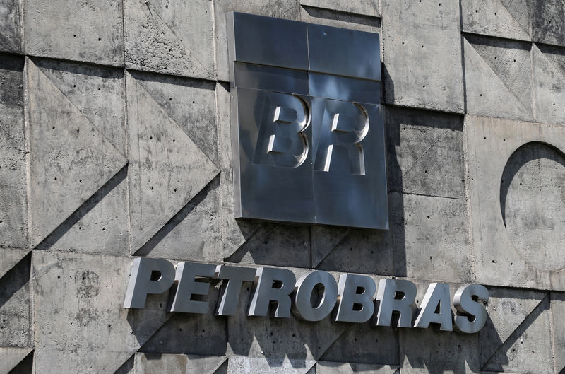 © Reuters. FILE PHOTO:  A logo of the Brazil's state-run Petrobras oil company is seen in Rio de Janeiro
