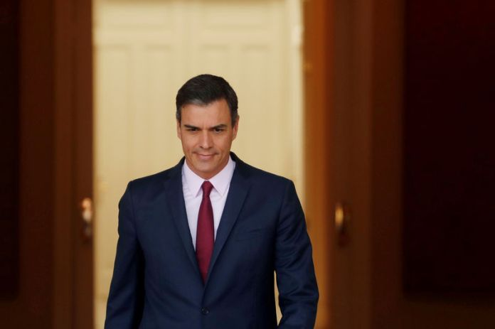 © Reuters. FILE PHOTO: Spain's acting Prime Minister Pedro Sanchez heads to a meeting at the Moncloa Palace in Madrid