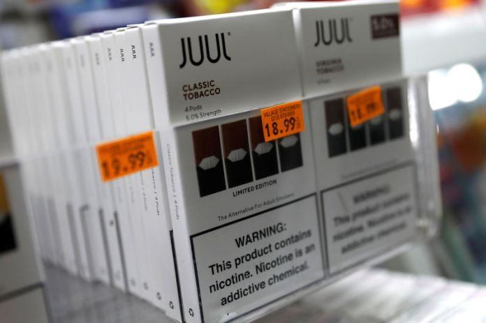 © Reuters. Juul brand vaping pens are seen for sale in a shop in Manhattan in New York City