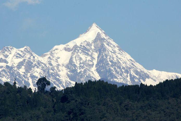 © Reuters. FILE PHOTO: -PHOTO TAKEN 14MAR05- A view of the Kanchenjunga mountain along the Himalayan mountain range on the ..