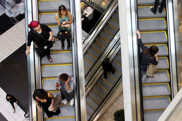 © Reuters. FILE PHOTO: Shoppers ride escalators at the Beverly Center mall in Los Angeles