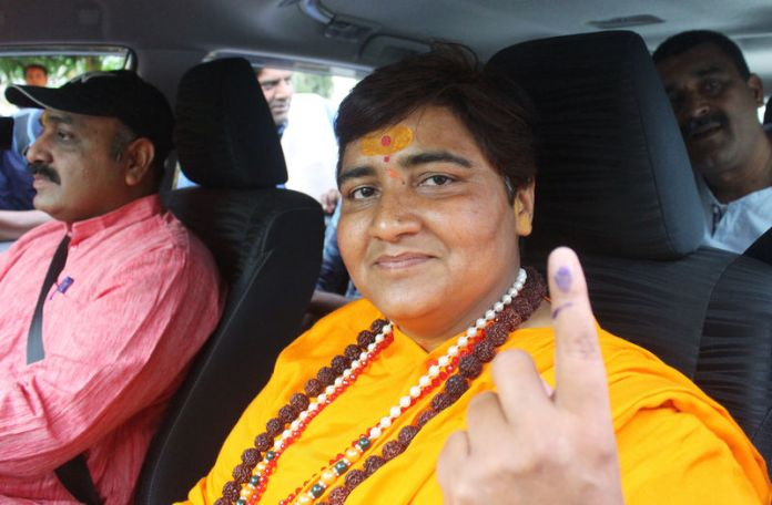 © Reuters. Pragya Singh Thakur, leader of ruling Bharatiya Janata Party (BJP), shows her ink-marked finger after casting her vote, outside a polling station in Bhopal