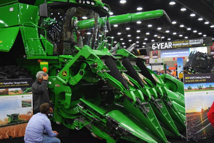 © Reuters. People look at Deere equipment as they attend National Farm Machinery show in Louisville