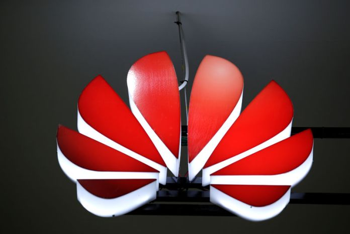 © Reuters. A Huawei logo is seen at an exhibition during the World Intelligence Congress in Tianjin