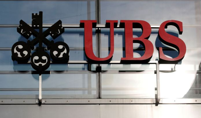 © -. FILE PHOTO: Logo of Swiss bank UBS is seen in Zurich