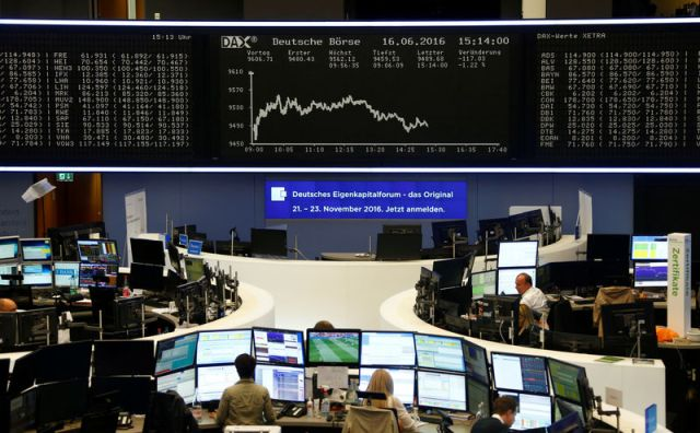© Reuters. Traders sit at their desks in front of the DAX board at the Frankfurt stock exchange